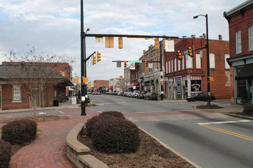 1280px-Mooresville_Historic_District_Main_Street-56a503465f9b58b7d0da8b56